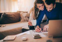 Kobiety mają długi w pożyczkach, a mężczyźni w bankach
